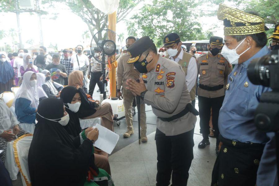 Kapolda Riau Tinjau Vaksinasi Massal Ribuan Pelajar dan Lansia di Siak