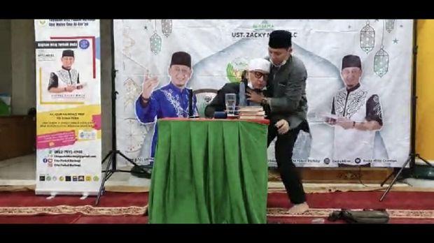 Ustadz Zacky Mirza Jatuh Pingsan Saat Beri Ceramah di Riau