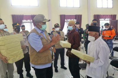 Bupati Siak Alfedri Bagikan  Masker ke Sejumlah Tempat Ibadah dan Pasar