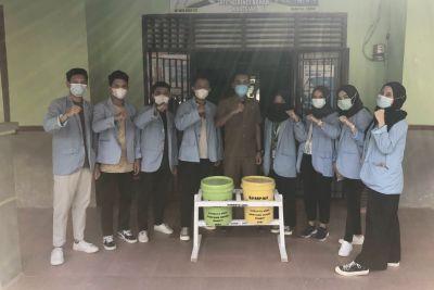 Mahasiswa Unri Serahkan Tong Sampah Organik Kepada Pemerintah Kampung